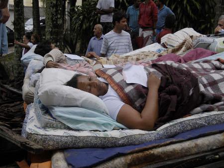 Vítimas das chuvas que atingiram a região serrana precisam de alimentos não perecíveis, água, agasalhos, colchões e remédios